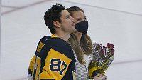 Sidney Crosby s dlouholetou přítelkyní Kathy Leutnerovou sleduje na kostce záběry při ceremoniálu na počest 1000. utkání v NHL.