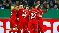 Fotbalisté Bayernu se radují z gólu v pohárovém utkání proti Schalke.