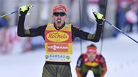 Německý sdruženář Johannes Rydzek slaví triumf v závodu SP v Ramsau.