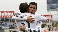 Fotbalisté Realu Madrid Cristiano Ronaldo (vpravo) a Gareth Bale se radují z gólu.