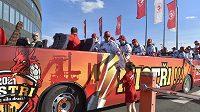 Hokejisté Třince oslavili zisk mistrovského titulu tradiční jízdou cabrio-busem městem. Cestou je zdravili fanoušci.