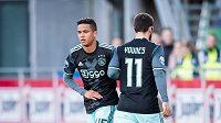 Sedmnáctiletý Justin Kluivert z Ajaxu (vlevo) střídá při svém ligovém debutu na hřišti Zwolle zraněného Amina Younese.