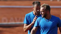 Čeští tenisté Lukáš Rosol (vlevo) a Roman Jebavý ve čtyřhře (ilustrační foto)