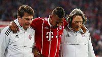 Jérome Boateng z Bayernu opouští při zápase s Realem po zranění hrací plochu.
