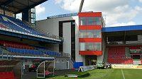 Plzeňský fotbalový stadión má první z rohových věží.