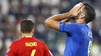 Italský útočník Graziano Pellé v zápase se Španělskem.