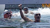 Spyridon Gianniotis z Řecka oslavuje svůj triumf na trati 10 kilometrů, vlevo stříbrný Thomas Lurz z Německa, uprostřed v celkovém pořadí třetí Usáma Mellúlí z Tuniska.
