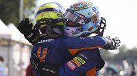 Senzační double Mclarenu v Itálii oslavují jezdci Daniel Ricciardo (vpravo) a Lando Norris.