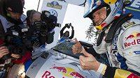 Francouzský pilot Sebastien Ogier se raduje z vítězství na Švédské rallye.