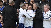 Kouč Chelsea José Mourinho (druhý zprava) uklidňuje svého asistenta Fariu (uprostřed), který u rozhodčího Deana (vlevo) protestuje proti nařízení pokutového kopu ve prospěch Sunderlandu.