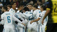 Hvězda Real Madridu Cristiano Ronaldo (uprostřed) slaví gól se svými spoluhráči v duelu s Dortmundem.