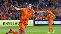 Nizozemský útočník Robin van Persie se raduje z hattricku.