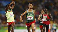 Alžířan Abdellatif Baka (uprostřed) vbíhá do cílové rovinky paralympijského závodu na 1500 metrů. Vlevo stříbrný Etiopan Tamiru Demisse.