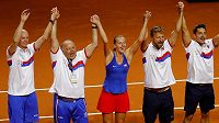 Česká tenistka Petra Kvitová slaví s fedcupovým týmem postup do finále.