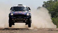 Katarský automobilový jezdec Násir Attíja se svým Mini během Rallye Dakar.