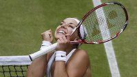 Němka Sabine Lisická se raduje z postupu do semifinále Wimbledonu.