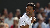 Vítězné gesto Novaka Djokoviče ve finále Wimbledonu.