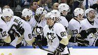 Útočník Pittsburghu Sidney Crosby (vpředu) slaví se spoluhráči gól proti Tampě Bay.