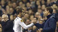 Roberto Soldado přijímá po hattricku gratulaci od kouče Tottenhamu Villase Boase.