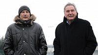 Trenéři Miroslav Beránek (vlevo) a Josef Pešice sledují tradiční Silvestrovského derby mezi týmy AC Sparta Praha a SK Slavia Praha.