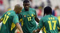 Valéry Mezague (uprostřed) v dresu kamerunské reprezentace.