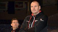 Nový trenér hokejistů Pardubic Richard Král. V pozadí jeho asistent Marek Zadina.