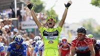 Italský cyklista Andrea Guardini se raduje z výhry v 18. etapě Gira.