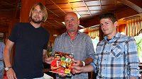 Fotbalisté Jaroslav Plašil (vlevo), Václav Pilař (vpravo) a trenér národního týmu Michal Bílek představují knihu Euro 2012 autora Karla Felta.