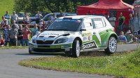 Jan Kopecký se spolujezdcem Pavlem Dreslerem ve voze Škoda Fabia S2000 na Barum raylle.