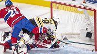 Bostonský David Pastrňák (88) a David Schlemko (21) s gólmanem Careym Priceem (31) z Montrealu, puk počtvrté míří do sítě Canadiens.