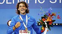 Italský výškař Gianmarco Tamberi na stupních po zisku titulu mistra Evropy v Amsterdamu.