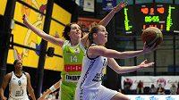 Kateřina Elhotová z USK Praha (vpravo) a Tereza Pecková z Brna během třetího finále play off basketbalové ligy žen v Praze.