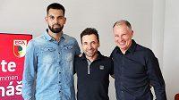 Tomáš Koubek s manažerem Viktorem Kolářem (uprostřed) a Stefanem Reuterem, generálním manažerem FC Augsburg.