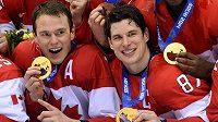 Kanaďané Jonathan Toews (vlevo) a Sidney Crosby s olympijských zlatem z her 2014 v Soči. Jeví se velmi nadějně, že by borci z NHL mohli hrát i na ZOH 2022 v Pekingu.