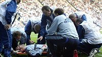 Otřesený Petr Čech v péči lékařů Chelsea.