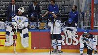 Smutní hokejisté Finska po finálové prohře s Kanadou.