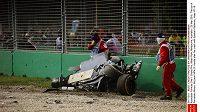 Část monopostu Fernanda Alonsa z McLarenu po nehodě během GP Austrálie.
