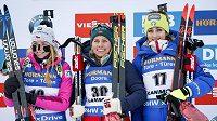 Tiril Eckhoffová (uprostřed), Markéta Davidová (vlevo) a Lisa Vittozziová na stupních vítězů po závode na 12,5 km v v kanadském Canmore.
