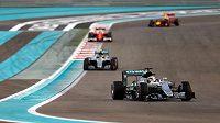 Ve chvíli, kdy na druhého Nika Rosberga dotírali třetí Sebastian Vettel a Max Verstappen, lídr závodu Lewis Hamilton záměrně zpomalil.