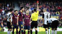 Rozhodčí vyloučil obránce Barcelony Jordiho Albu v sobotním utkání proti Valencii, který katalánský tým doma prohrál 2:3.