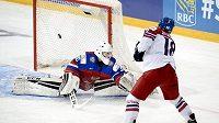 Útočník české hokejové dvacítky Michael Špaček překonává z trestného střílení ruského gólmana Georgijeva.