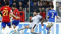 Brankář Itálie Gianluigi Buffon míjí míč a Španělé šli v zápase lehce do vedení.