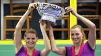 Lucie Šafářová (vlevo) a Petra Kvitová se stříbrnou trofejí pro vítězky Fed Cupu.