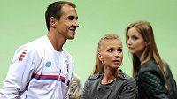 Tenista Lukáš Rosol a jeho přítelkyně Michaela Ochotská během utkání 1. kola Davis Cupu s Nizozemci. V první zápase po DC neuspěl.