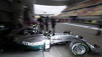 Nico Rosberg vyjíždí se svým mercedesem ze stájového padocku.