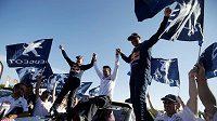 Francouzský pilot Stéphane Peterhansel slaví triumf na Rallye Dakar.