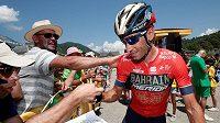 Vincenzo Nibali se zdraví s fanoušky po 11. etapě Tour de France. To ještě nevěděl, jaký pád ho v té následující potká.