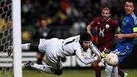 Brankář Chelsea Petr Čech likviduje v odvetě čtvrtfinále Evropské ligy proti Kazani šanci domácího celku. Přihlížejí Gökdeniz Karadeniz z Kazaně a stoper londýnského celku John Terry (vpravo).