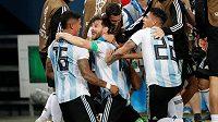 Argentinec Marcos Rojo (16) se raduje s Lionelem Messim a dalšími spoluhráči poté, co dal druhý gól Nigérii.