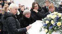Vdova po legendárním skokanovi Pia, Nykänenova matka Vieno a další rodinní příslušníci u rakve.